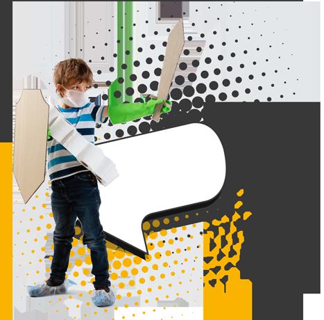 Niño con espada y escudo de cartón