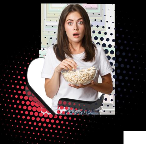 Mujer joven sorprendida mientras come cotufas