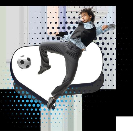Jugador de fútbol vestido casual pateando balón